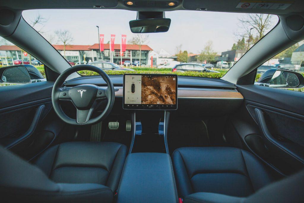 il touchscreen tesla può essere pericoloso per chi è alla guida